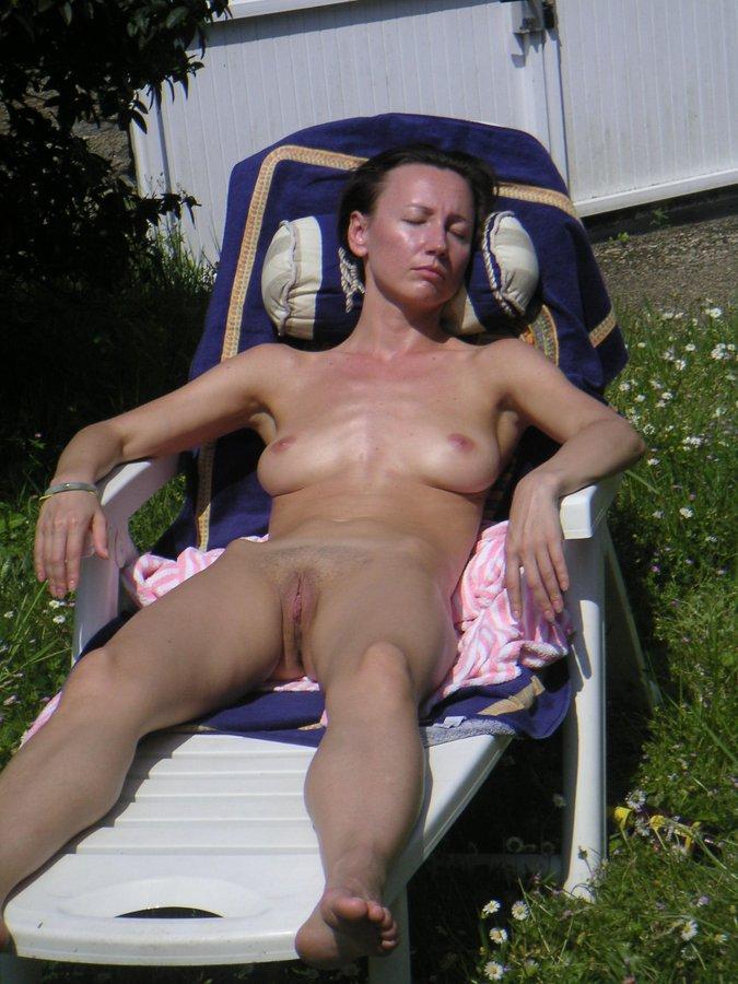 Maman se faire bronzer nue
