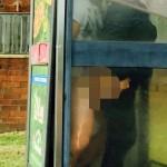 Couple pris en flag dans une cabine téléphonique