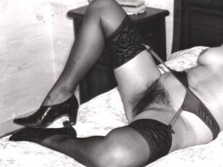 uID_0_83308_PHOTO NOIR ET BLANC DE MA FEMME EN PORTE JARTELLE BAS NOIR ET CHAUSSURE DE VILLE MOTTE A L AIR 1992