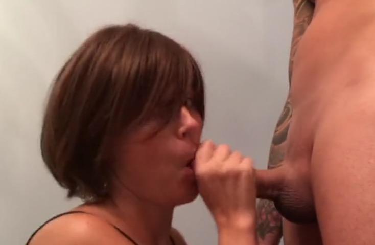elle suce des bites elle se fait prendre le cul
